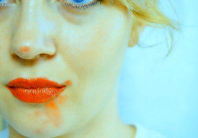 Elle peint avec ses lèvres