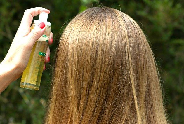 Eau de Brillance à la Cire de Magnolia Klorane vaporisé sur cheveux