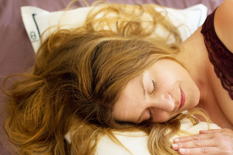 femme qui dort sur oreiller Wopillo