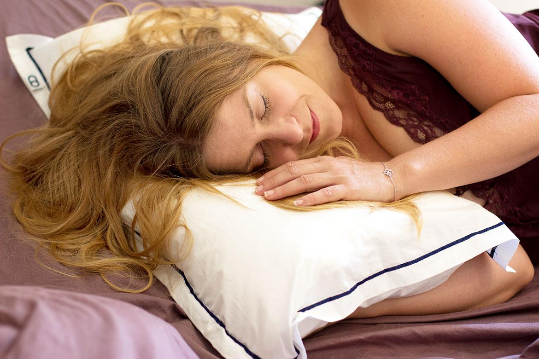 Femme qui dort sur un oreiller Wopilo