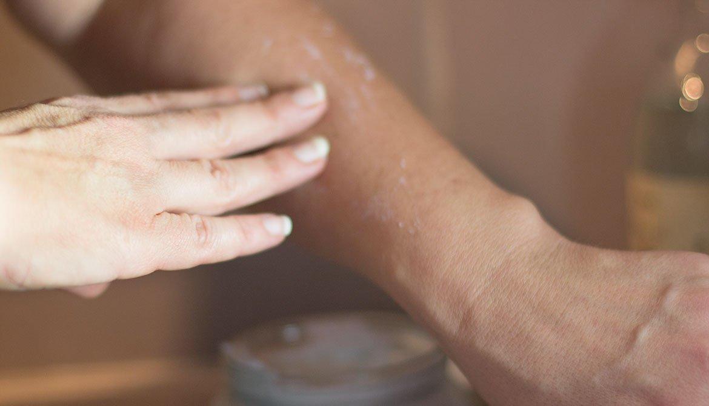 main qui applique sur bras la Crème Corporelle au Jasmin Sabon
