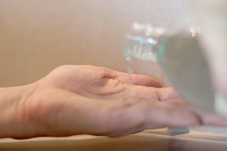 Huile de douche au jasmin Sabon versé dans une main