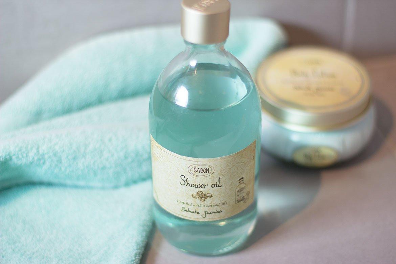 Produits Sabon Huile de de douche et crème corporelle au Jasmin dans salle de bain
