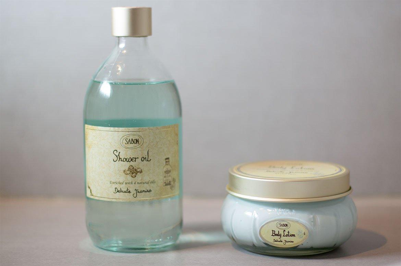 Sabon huile de douche jasmin et crème corporelle jasmin dans salle de bain