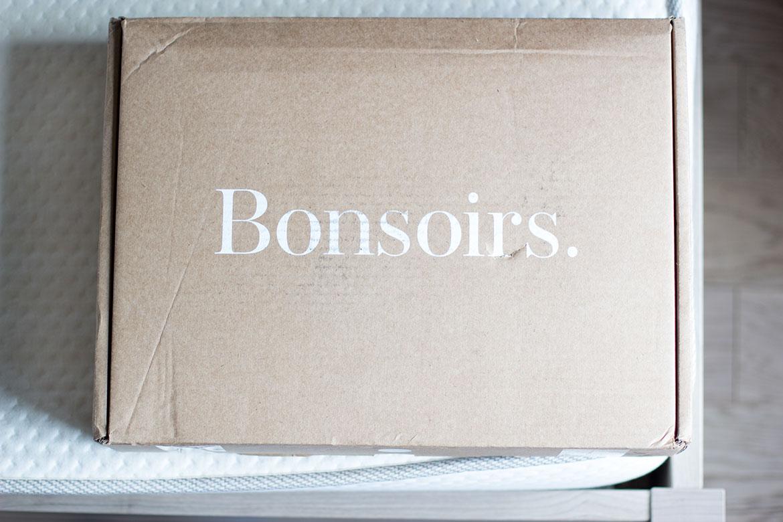 photo du colis bonsoirs posé sur un lit