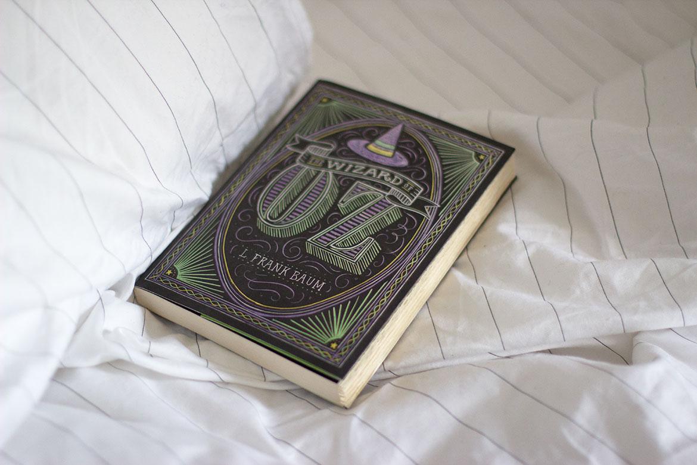Livre Wizard of Oz sur un lit