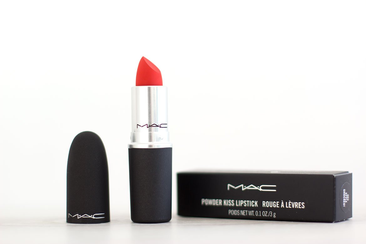 MAC Powder kiss Lipstick posé sur table
