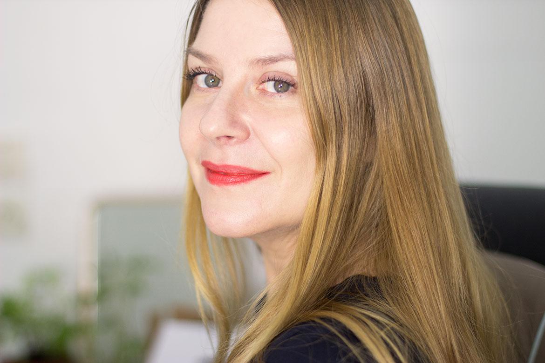 Femme qui sourit et porte le rouge à lèvres Style Shocked MAC Powder kiss
