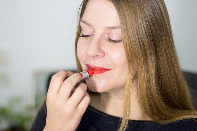 Femme en train de mettre le rouge à lèvres Style Shocked MAC Powder kiss