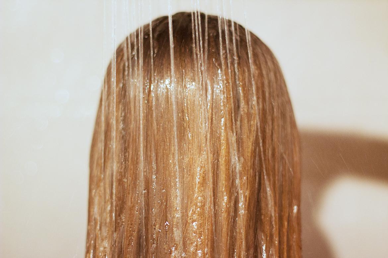Douche sur cheveux mouillés