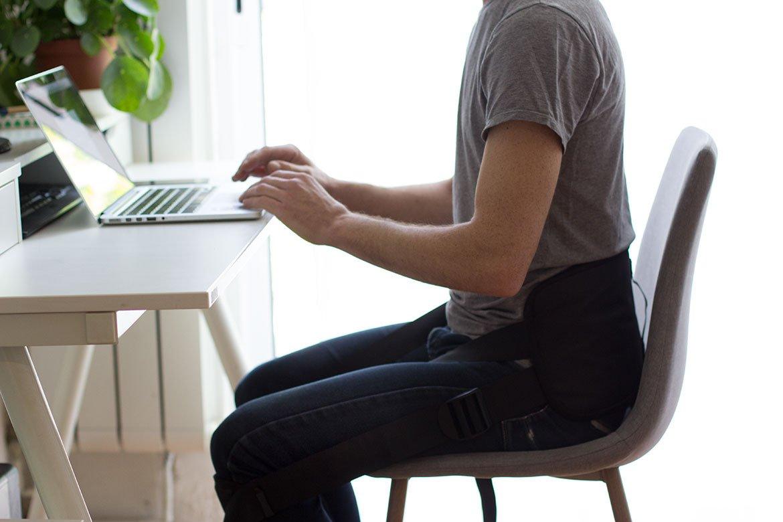 Homme portant la Ceinture Dorsale Zen back assis à son bureau