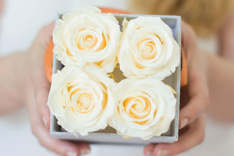 cadeau Roses blanches éternelles tendu dans écrin gris chiné