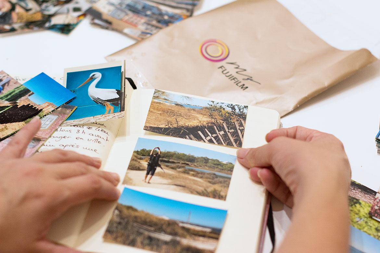 Carnet de voyage DIY mains qui collent photos Algarve