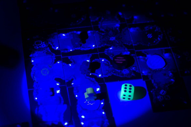 Sub Terra Jeu de société dans le noir éclairé lampe UV