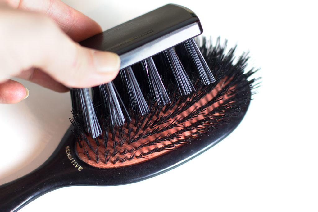 brosse nettoyante sur brosse à cheveux Mason Pearson